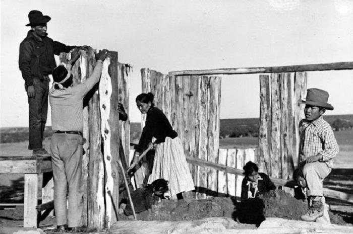 Семья Джима Смита, строящая хоган, недалеко от Ганадо. Аризона, 1948 год.