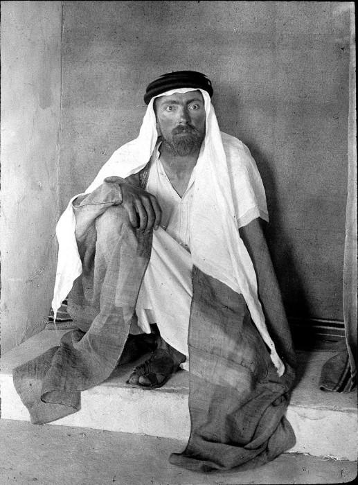 Европеец в арабской одежде.