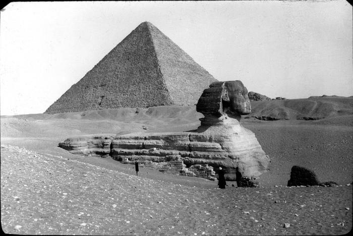 Сфинкс и пирамиды.