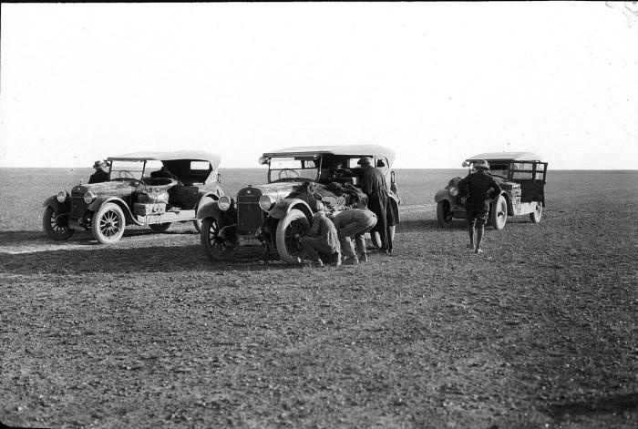 Участники автопробега у своих авто.