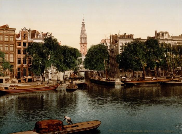 Благодаря многочисленным каналам Амстердам получил название «Северная Венеция».