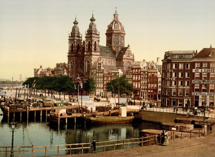 Один из главных храмов Амстердама, расположена в центре древних крепостных стен.