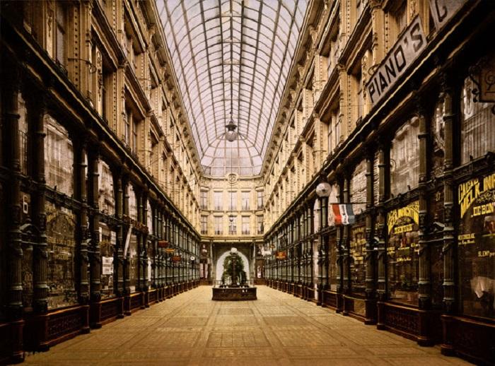 Знаменитая архитектура шикарного торгового центра.