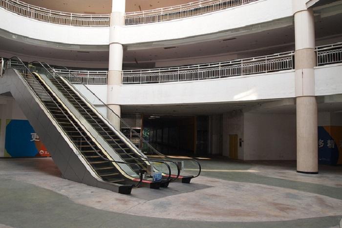 Китай. Дунгуань. Торговый центр-призрак, 99% площади которого остались незаполненными, потому что не нашли арендаторов.
