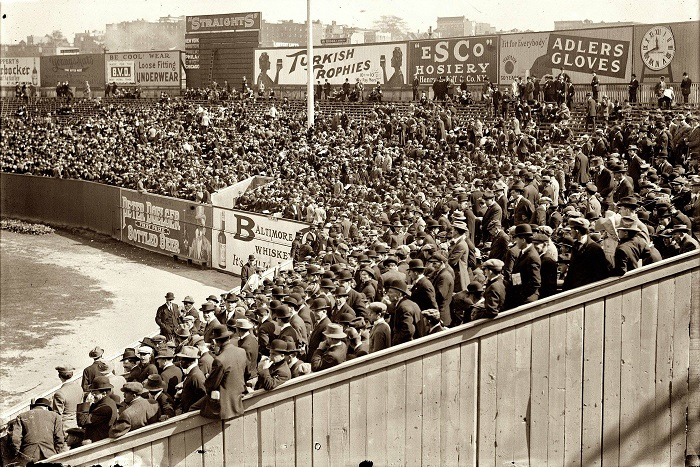 8 октября первая игра 1912 года World Series, между командами «Нью-Йоркские Гиганты» и «Бостон Ред Сокс».
