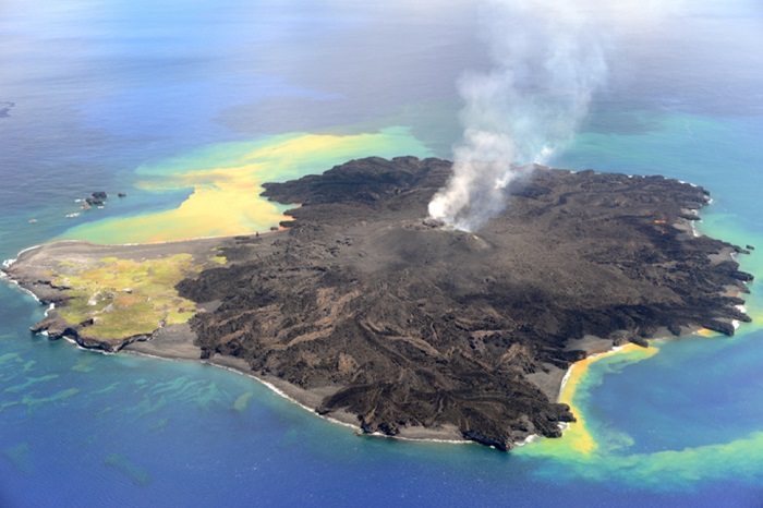 Остров образовался в результате извержения подводного вулкана, и постоянно растет.