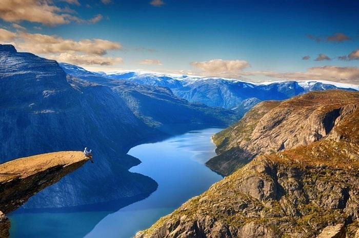 Каменный выступ на горе Скьеггедаль, возвышающийся над озером Рингедалсватн на высоте 350 метров.