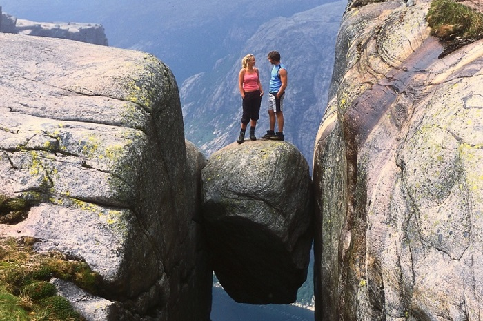 Камень в виде горошины, застрявший между двух скал.