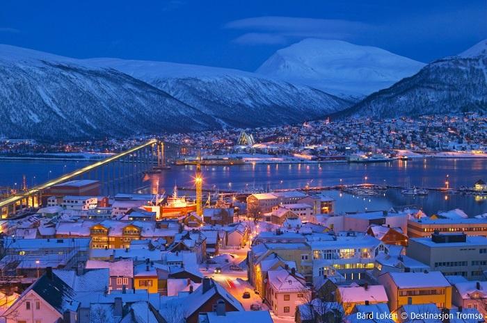 Оживленный город, расположенный за Северным полярным кругом, среди фьордов и гор.