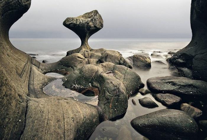 Камень на берегу Северного Ледовитого океана по форме напоминает гигантский гриб.