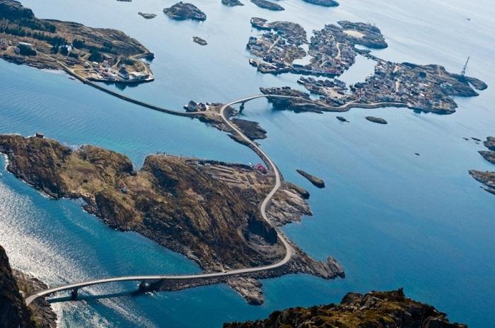 Трасса Атлантическая дорога пролегает зигзагами по множеству островков, чтобы можно было довольно за короткий срок попасть на любой из них.