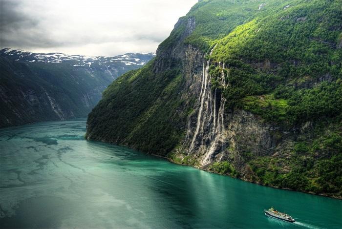Водопад представляет собой семь потоков, стекающих во фьорд с высоты 250 метров.