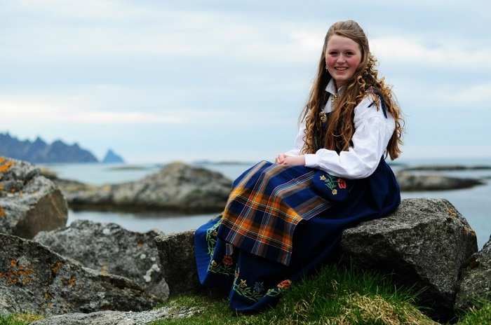 Девушка в норвежском национальном костюме.