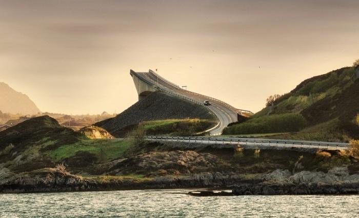 Мост, соединяющий материк и остров Аверой в губернии Мёре-ог-Ромсдал.