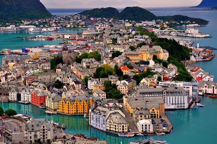 Город на западном побережье Норвегии.