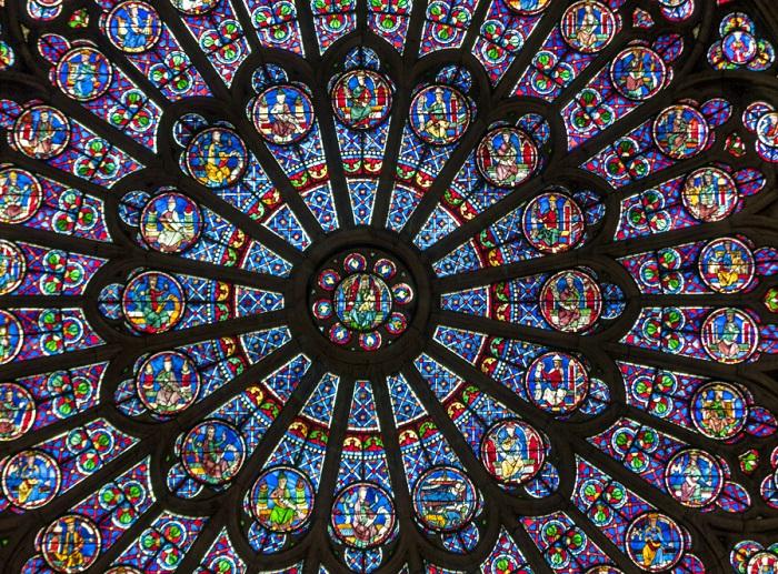 Единственным источником цвета в однообразно-сером интерьере являются многочисленные витражи, вставленные в переплеты высоких стрельчатых окон. Солнечный свет, проникая через них, заливает храм целой радугой оттенков.