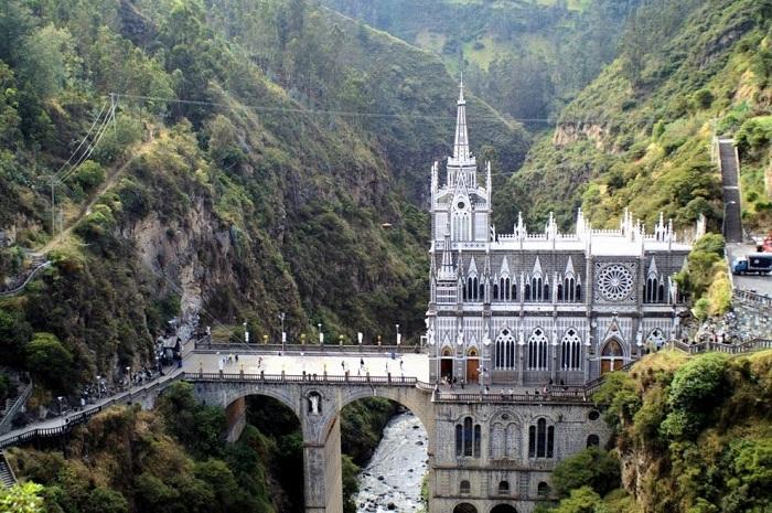 Достопримечательностью собора является нерукотворная наскальная икона Nuestra Senora de las Lajas с изображением Девы Марии.