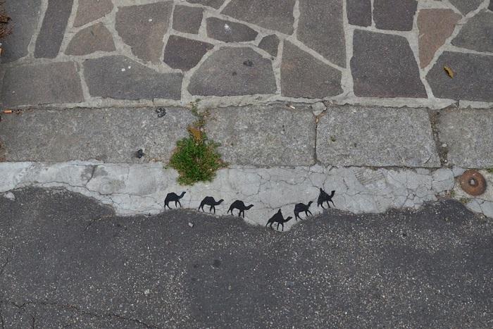 Юмористический стрит-арт на тротуаре.