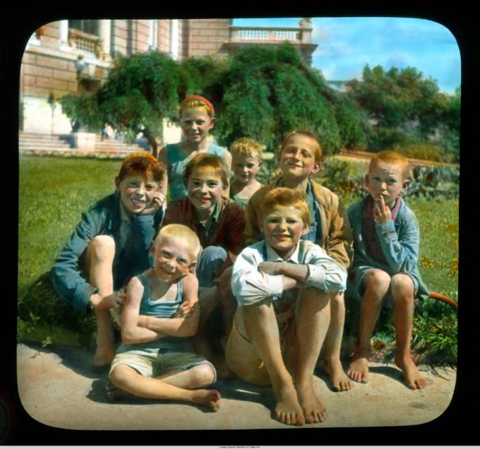 Детишки фотографируются у оперного театра.