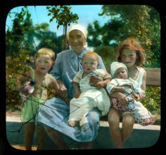 Женщина с маленькими детьми.