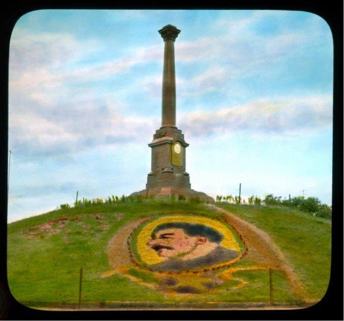 Портрет Сталина сделан из живых цветов.