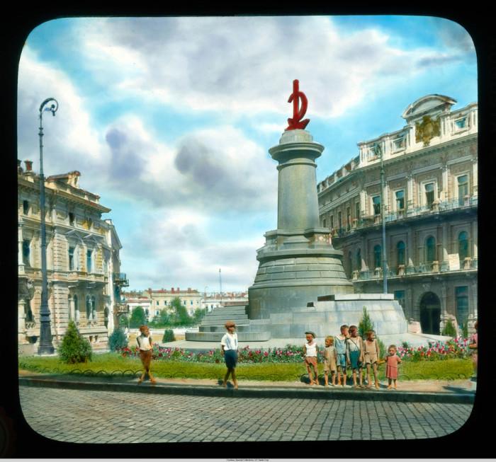 Екатерининская площадь, но памятник Екатерине уже снесли, а памятник героям броненосца Потёмкина еще не установили.