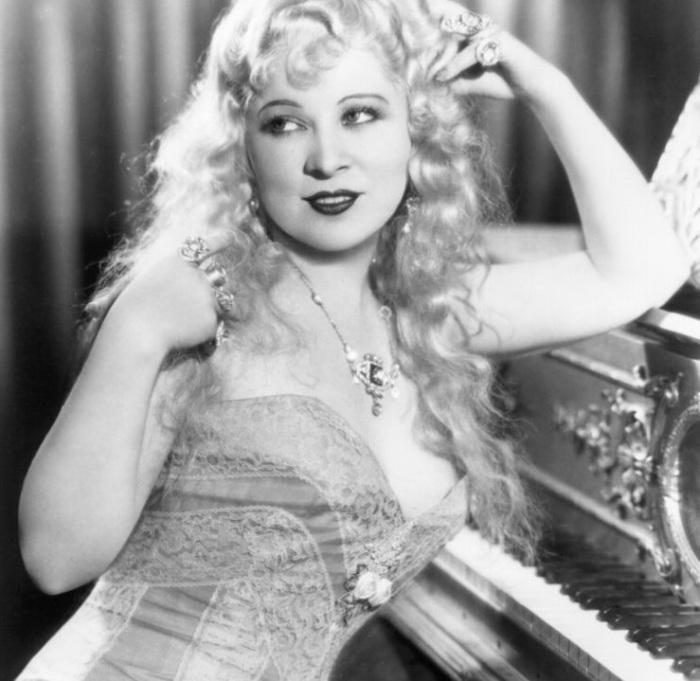 Неповторимая икона классического Голливуда, а так же талантливый драматург и актриса.