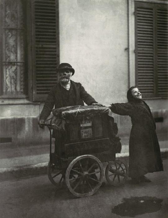 Уличные музыканты. Франция, Париж, 1898 год. Автор фотографии: Эжен Атже.