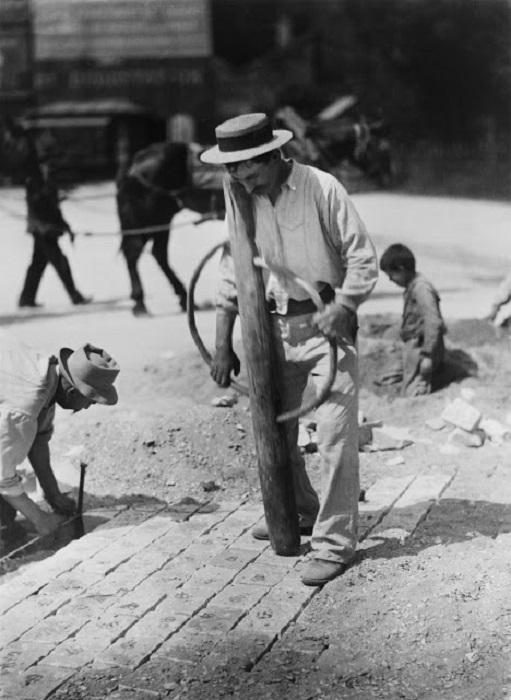 Работы по укладке брусчатки. Франция, Париж, 1899 год. Автор фотографии: Эжен Атже.