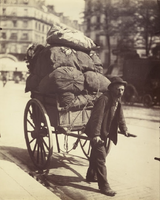 Собиратель тряпья и хлама. Франция, Париж, 1899 год. Автор фотографии: Эжен Атже
