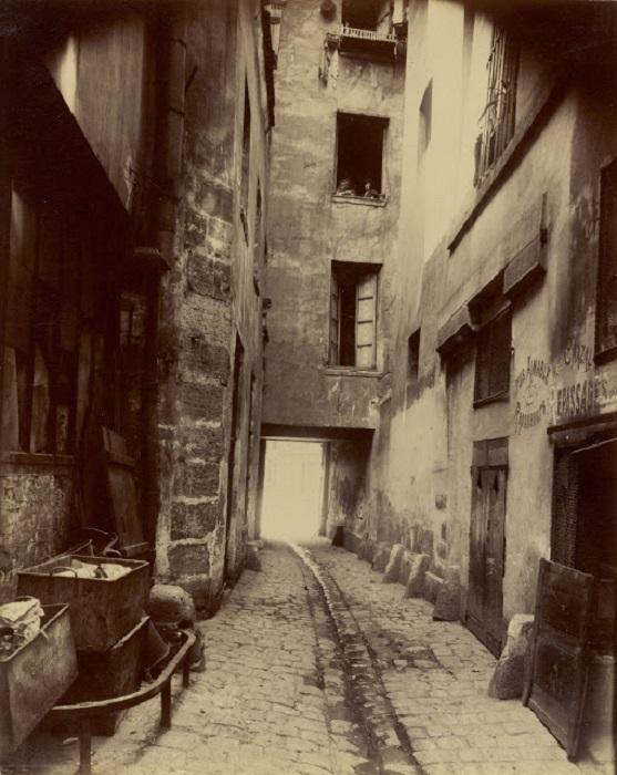 Улочка в одной из старейших частей Парижа.