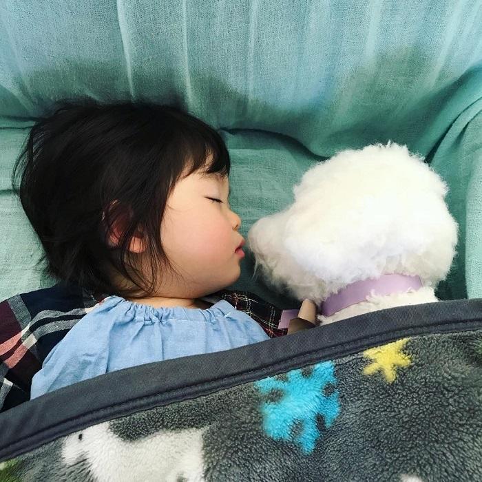 Сладкий сон с маленьким другом.