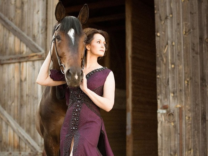 Актриса театра и кино влюбилась в шоколадно-солнечного коня донской породы с первого взгляда.