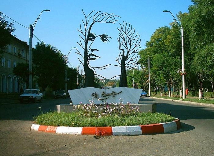 В честь румынского поэта установлена удивительная скульптура.