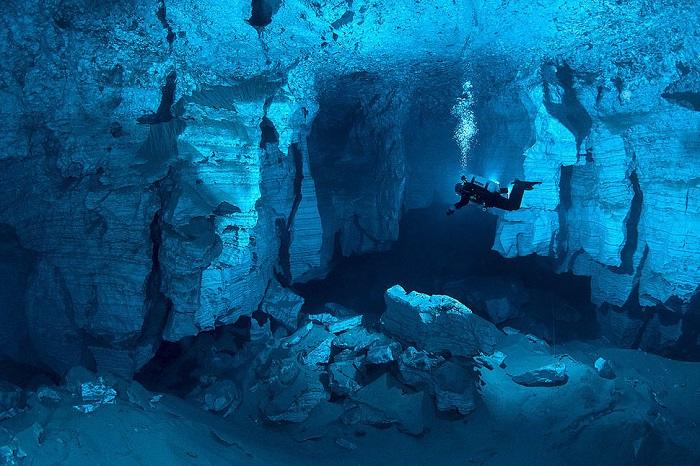 Пещера состоит из камер, длиной около 5-ти километров и считается самой привлекательной для аквалангистов.