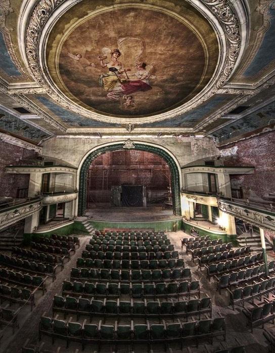 Старинный театр-призрак расположенный на Уотер-стрит в Нью-Бедфорде, штат Массачусетс.