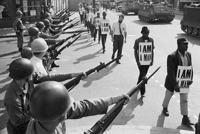 Войска Национальной гвардии США блокируют участников марша за гражданские права 29 марта 1968 года в Мемфисе.