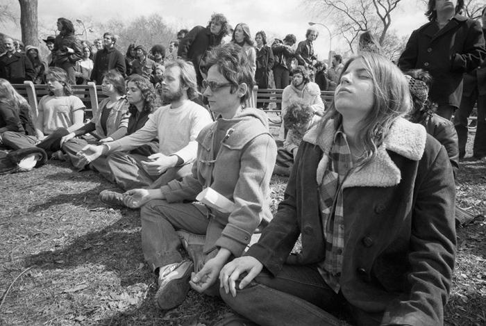 Молодые люди принимают медитативную позу в Центральном парке.