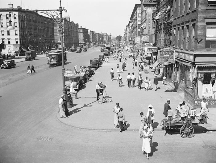 Пешеходы в Гарлеме, Нью-Йорк.