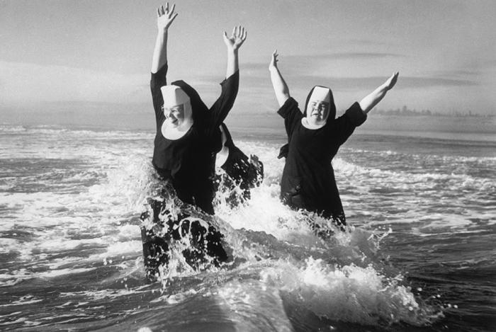 Монахини плещутся в океане на Восточном побережье.