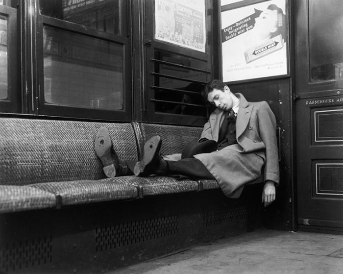 Спящий в метро. США, Нью-Йорк, 1939 год.