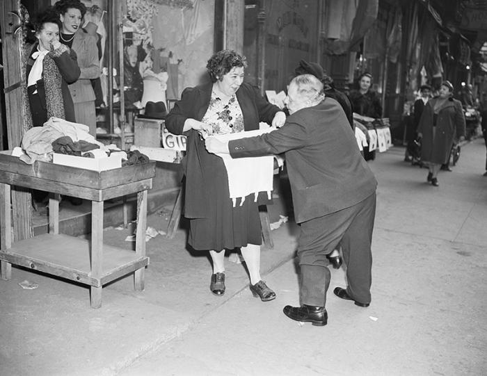 Примерка в магазине белья. США, Нью-Йорк, 1946 год.