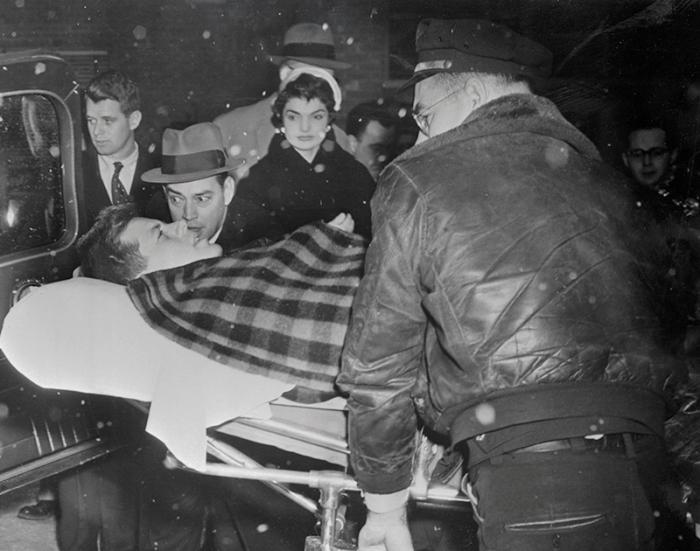 Сенатор Джон Ф. Кеннеди после операции на позвоночнике.