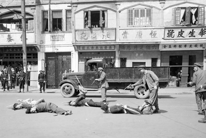 В решительных усилиях по избавлению Шанхая от преступности муниципальная полиция казнит пятерых бандитов. Китай, Шанхай, 1949 год.
