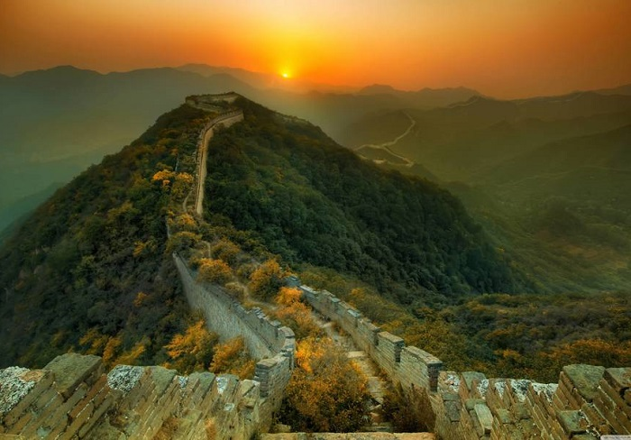 Отдаленные участки Великой китайской стены, которые постепенно поглотила природа.