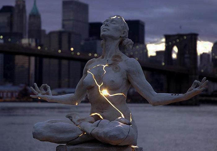 Шедевр, представляет собой обнаженную красивую женщину, тело которой расколото и излучает свет.