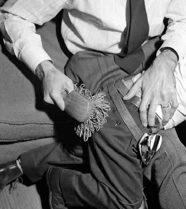 Чадолюбивые родители могли в 1950 выпороть своего сорванца щеткой с резинками.