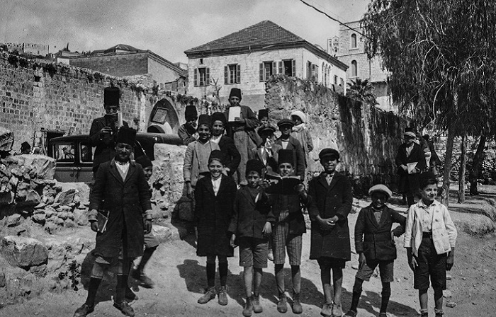 Портретный снимок группы школьников.