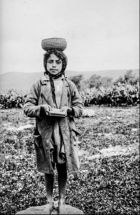 Палестинская девочка с книгой в руках.
