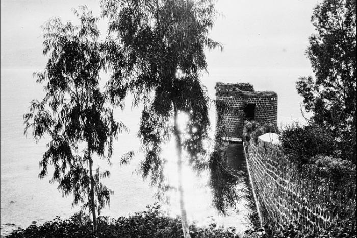 Разрушенные крепостные стены.
